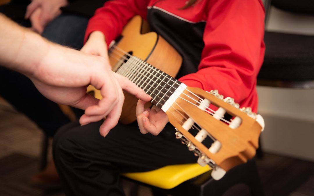 Oporuka povezala Đurđevac i Chicago: Grad nabavio glazbene instrumente za školarace i buduće mlade glazbenike