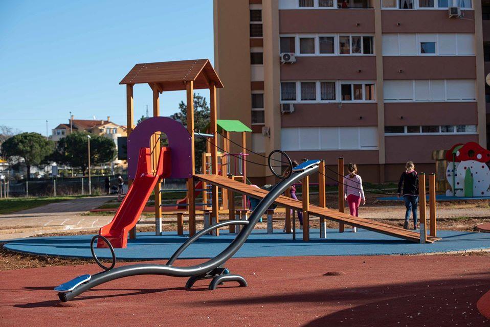 Gradovi zatvaraju i zabranjuju okupljanja na dječjim igralištima