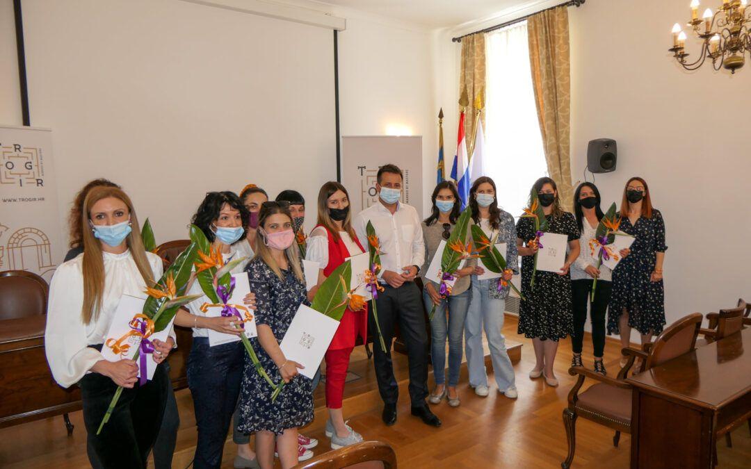 Trogir: Sa 60.000 kuna samostalno financirali edukaciju 14 novih pomoćnica u nastavi